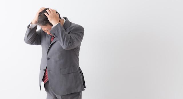 ファクタリングでのトラブルで頭を悩ませている男性
